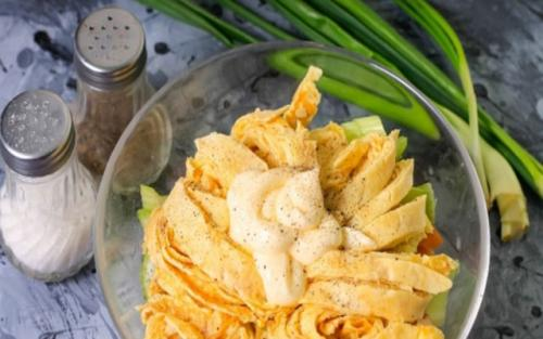 Салат с яичными блинчиками. Блинчики с копченой курицей – очень вкусный салат.