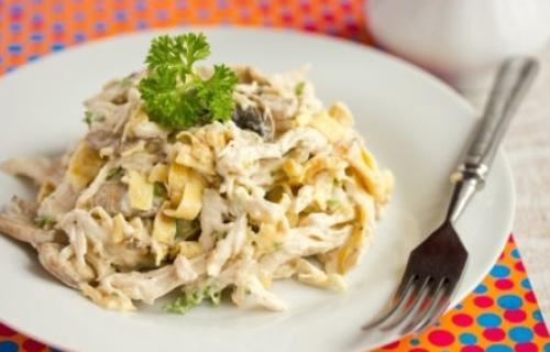 Салат с курицей и грибами и омлетом. Рецепт с омлетом и курицей