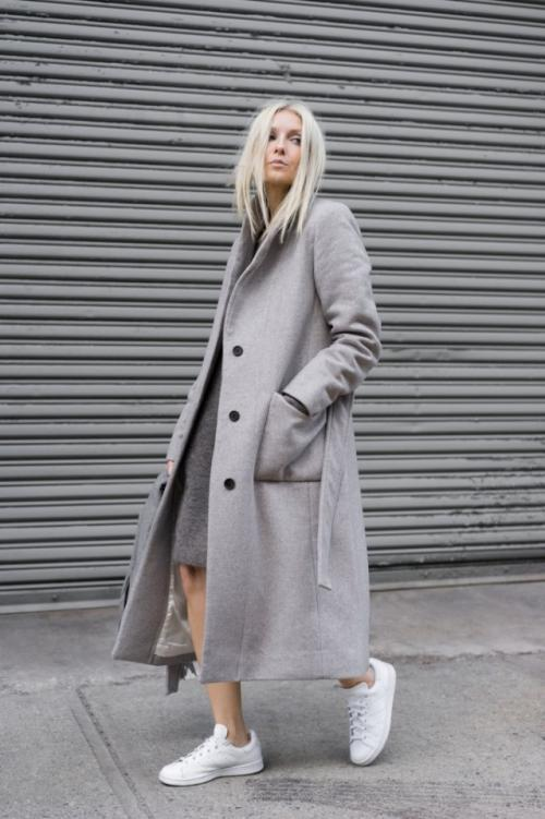 Розовое пальто с кроссовками. Какие модели пальто сочетаются с кроссовками