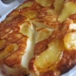 Творожно - яблочная запеканка с ароматом корицы.