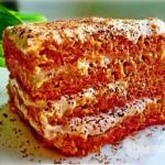 Морковный тортик с творожно - банановым кремом.