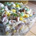 Салат с курицей, фасолью и сыром.