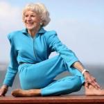 83-Летняя инструктор по йоге бет Кальман (Bette Calman) благодаря йоге может делать со своим телом такие вещи, которые вызывают зависть у молодых.