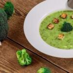 Суп - пюре из брокколи с гренками.