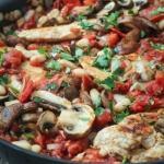 Курица запеченная с грибами и томатной пастой.