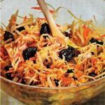 Капустный салат с черносливом и грецкими орехами.