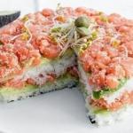 Суши - торт из авокадо, огурца и лосося.