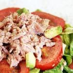 Питательный овощной салат с тунцом на ужин.
